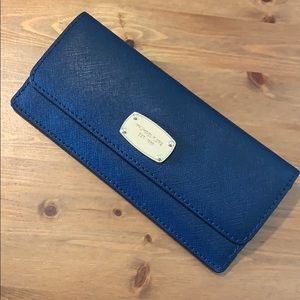 MK JET SET TRAVEL SLIM LONG WALLET NAVY/GOLD